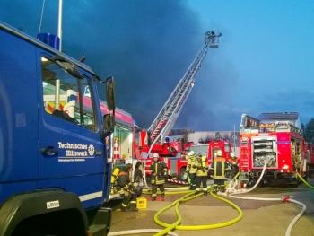 Großalarm: Der Brand einer Indoor-Kart-Bahn hielt die Einsatzkräfte in der Nacht zum 10. Juli 2015 in Atem