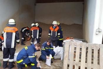 Sandsacklogistik: Das THW unterstützte beim Transport, Verbau und Befüllen von Sandsäcken
