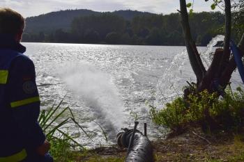 Frischwasser aus dem Main: Fast zwei Wochen lang pumpten Bad Staffelsteiner THWler Frischwasser in vom Umkippen bedrohte Seen