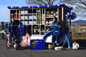 10.000 l/min Pumpleistung: Zugführer Johannes Stich (li) und Vorsitzender der Helfervereinigung André Hofmann vor dem kürzlich in Dienst gestellten Pumpenanhänger