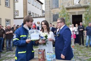 Ein Geschenk für das Brautpaar: André Hofmann überreichte den frisch vermählten eine kleine Aufmerksamkeit der Helfervereinigung