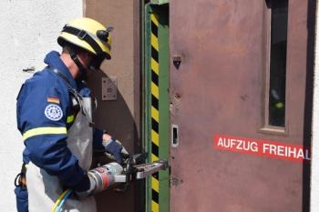 Türöffnung: Mit dem hydraulischen Spreizer wurde die Aufzugstür geöffnet