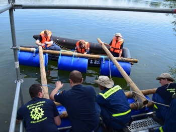 Tonnenfloß: Die Herstellung eines behelfsmäßigen Wasserfahrzeuges aus Holz und leeren Tonnen wurde ebenfalls geübt