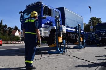Mobile Werkstatt: Mit Radgreifhebeanlage der Logistik/Materialerhaltung können fast überall Reparaturen auch unter LKW durchgeführt werden