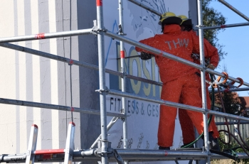 Durch die Wand: Mit einer Betonkettensäge verschafften sich die Helfer Zugang in das Gebäude