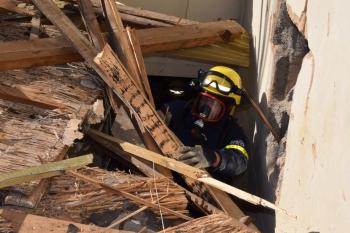 Überwinden von Hindernissen: Selbst mit schwerem Atemschutz kämpften sich die THWler durch Trümmerteile