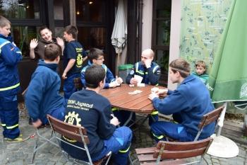 Gemeinschaft: Bad Staffelsteiner Junghelfer beim 'Bierkopfen'